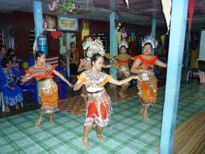 gadis-gadis Iban mempersembahkan tarian ngajat